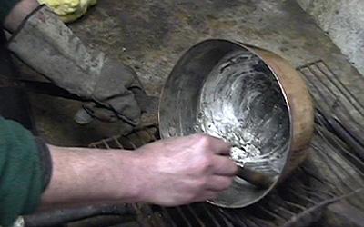 Etamage d'une casserole en cuivre