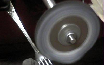 Polissage pour réargenter une fourchette